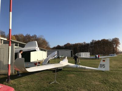 foto zweefvliegtuig in opbouw